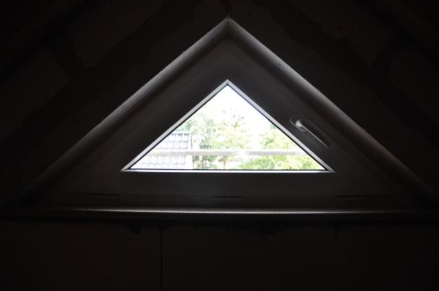 Statt Dreiecksfenster mal ein Rundes Fenster im Giebel probieren?